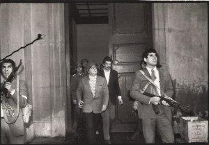 آلنده در حال دفاع از کاخ ریاست جمهوری در برابر حمله ارتش شیلی ، لحظاتی قبل از کشته شدن در بمباران هوایی